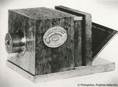 Ein Geschenk für die Welt, Prophoto Bildarchiv | Daguerreotypie-Kamera von 1839, gebaut von Daguerres Schwager Alphonse Giroux. Die Originalmodelle besaßen an der Seite ein verziertes Messingschild mit der Unterschrift von Daguerre und dem Siegel von Giroux. Sie waren die ersten in Serie hergestellten Kameras. Der Verkauf war ein ausgezeichnetes Geschäft. Bald wurde die Kamera in alle Länder exportiert. Fast zwei Jahrzehnte blieb die Daguerreotypie das herrschende Fotoverfahren. Foto: pv