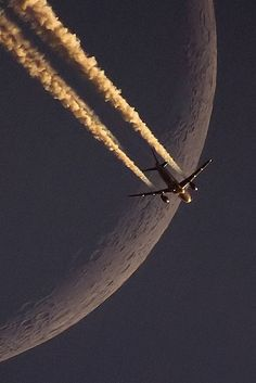 Beautiful Photo Of The Moon and A Jet Airliner Jet Privé, Cool Pictures, Cool Photos, Beautiful Moon, Commercial Aircraft, Military Aircraft, Belle Photo, Fighter Jets, Planets