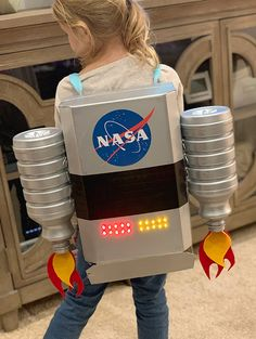 DIY Light-Up Astronaut Jet Pack How I created a light-up jet pack for my daughters astronaut Halloween costume. Astronaut Diy, Diy Astronaut Costume, Astronaut Halloween, Astronaut Helmet, Space Costumes, Diy Costumes, Halloween Costumes, Halloween Candy, Space Party