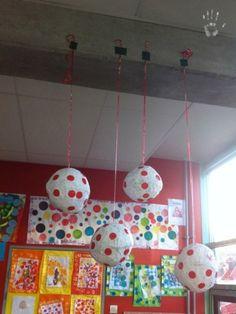boules Kusama chez Sophie ( pas si sage):tribune libre - école petite section Yayoi Kusama, Kandinsky, Middle School Art, Art School, Art Montessori, Art For Kids, Crafts For Kids, Classe D'art, Dot Day