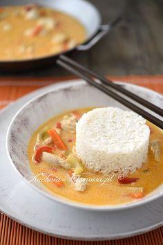 Kurczak w sosie z czerwonego curry z mlekiem kokosowym po tajsku