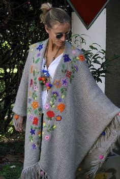Las Dumas crochet flower shawl for comfortable boho,gypsy,mexican chic Más Mexican Embroidery, Wool Embroidery, Embroidery Stitches, Embroidery Designs, Flower Embroidery, Bonnet Crochet, Crochet Shawl, Knit Crochet, Knitting Patterns