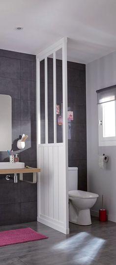 Un tapis bordeaux dans la salle de bains
