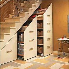階段下の空間を余すところなく収納に使える、キャスター式の箪笥。このタイプなら、取り出しも楽ちん。