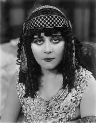 Love this picture of Theda Bara - hair inspiration? Theda Bara - Silent Movie Star One of my favorites. Old Hollywood Glamour, Golden Age Of Hollywood, Vintage Hollywood, Hollywood Stars, Classic Hollywood, Hollywood Hills, Silent Film Stars, Movie Stars, Vintage Photographs