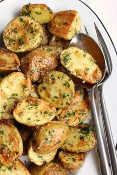 Roasted New Potatoes With Parmesan And Fresh Herbs - Green Valley Kitchen Herb Recipes, Side Dish Recipes, Vegetable Recipes, Vegetarian Recipes, Cooking Recipes, Healthy Recipes, Cooking Ham, Potato Recipes, Side Dishes For Bbq