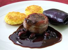 Hirschmedaillons mit Cranberry-Soße Rotkrautröllchen und Kartoffelplätzchen von Lecker Bentos und mehr