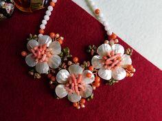 Compoziția florală este confecționată din petale de sidef, chips-uri de coral roz, chips-uri de unachit, mărgele de jad, perle de cultură. sârmă modelatoare din cupru aurit. Compoziția florală este continuată cu un șirag de mărgele din jad Coral, Brooch, Album, Jewelry, Bead, Jewerly, Jewlery, Brooches, Schmuck