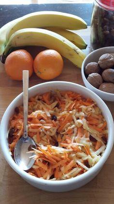 Heerlijke frisse wortelsalade met appel, walnoten, rozijnen eventueel aangevuld met schijfjes banaan. Pure sinaasappelsap uit geperste sinaasappel toegevoegd