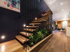 Escalier avec un côté naturel, bois et plantes