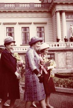 Vorstenhuizen, Nederland. Prinses Beatrix. Vlnr.: Prinses Margriet, prinses Beatrix en prinses Irene tijdens een bezoek aan het Provinciehuis of Paviljoen Welgelegen te Haarlem, Nederland  9 mei 1962. Ter gelegenheid van de zogenaamde  Koninklijke