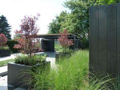 Moderne tuin. Moderne strakke tuin - Grassen - Bloembakken - Moderne schutting  www.hendrikshoveniers.nl