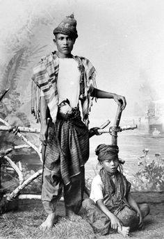 COLLECTIE TROPENMUSEUM Portret van een voorname Atjeher met een slaaf.
