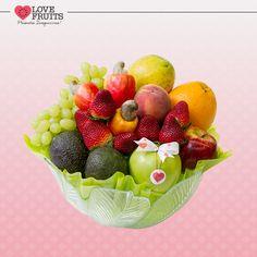 #DoceFruteira Delicada fruteira lisa abriga maçãs, avocados, cajus, uva, pêssego, mamão papaia, laranja e morangos! Lindo presente!   DÊ FRUTAS AO INVÉS DE FLORES E SURPREENDA!!! Presentes surpreendentes: http://www.lovefruits.com.br/  #PresentesInesqueciveis #BuqueDeFrutas #PresentesOriginais #PresentesSaudaveis #MaisQualidadeDeVida #PresentesSurpreendentes #LOVEFRUITS