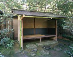 [Omote senke] tea room: Outer waiting arbour.  [表千家不審菴]表千家の茶室と露地:外腰掛