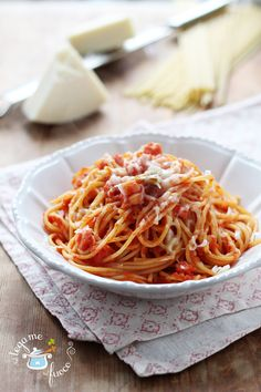 Pasta con pancetta e pomodoro Pasta Al Pomodoro, Pasta Noodles, Tortellini, Pasta Dishes, Italian Recipes, Food To Make, Spaghetti, Pancetta, Cooking