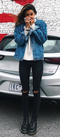 what to wear with a sweater denim a jcket rips boots Outfits Otoño, Casual Fall Outfits, Fall Winter Outfits, Cool Outfits, Summer Outfits, Fashion Outfits, 1980s Fashion Trends, Jean Jacket Outfits, Estilo Grunge