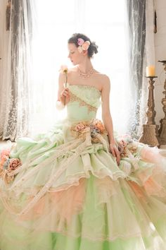 Pastel x adorable dress in gold, very expressive. Soft nuances produced by light colors gentle brides.