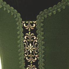 Sehr schönes Träger-Kleid im Trachtenstil aus grünen Jersey, schön verziert mit Samtbesatz, Stickerei und Posamentenborten. Es wird hinten mit Reißverschluss geschlossen, ist komplett gefüttert und...
