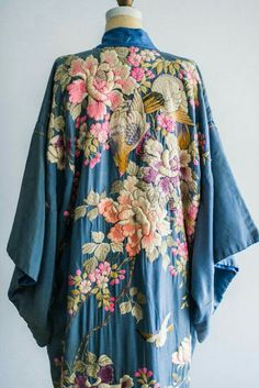 7a280a4ec5 freiheit-hat-vorrang  Antique Blue Silk Kimono Robe with Colorful Embroidery