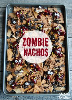Cinnamon sugar pita chips are the base of these sweet Zombie Nachos! They get a drizzle of chocolate goo, a sprinkle of cookie graveyard dirt, globs of raspberry blood, creepy candy eyes and a dash of Halloween sprinkles! These Halloween dessert nachos ar Halloween Desserts, Postres Halloween, Halloween Appetizers, Halloween Dinner, Halloween Goodies, Halloween Food For Party, Zombie Party, Zombie Food, Zombie Birthday