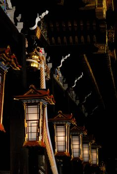 Lighting from Japanese lanterns. Shinto shrine in Kyoto, Japan All About Japan, Art Japonais, Japanese Architecture, Japanese Culture, Japan Travel, Sunrise, Scenery, Around The Worlds, Places To Visit