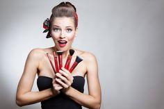 Caroline Saldanha por Luv Beauty com kit de pincéis Full Luv. Jogue mais cor na sua vida!