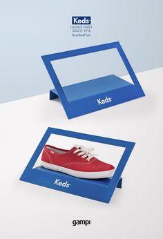 Expositor de calçado para PDV criado para a Keds Brasil. #design #pos #pdv #shoes #expositor Design Display, Pos Display, Counter Display, Pop Design, Price Signage, Store Signage, Clothing Store Interior, Cosmetic Display, Market Displays