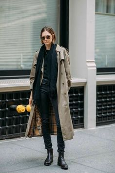 it girl - trench-coturno-cachecol-preto - trenchcoat - inverno - street style Trench Coats, Trench Coat Outfit, Trench Coat Women, Women's Coats, Street Style Looks, Looks Style, Mode Outfits, Grunge Outfits, New York Fashion