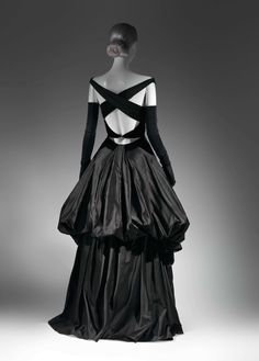 Charles James (American, born Great Britain, Evening Dress, 1948 Black silk satin and black silk velvet. MOMA is featuring a Charles James retrospective soon. Charles James, 1940s Fashion, Look Fashion, Vintage Fashion, Fashion Design, Edwardian Fashion, Womens Fashion, Fashion Glamour, Black Evening Dresses