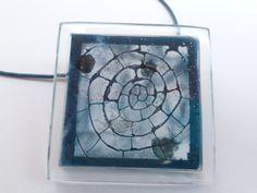 "Colgante de vidrio fundido""caracola"". Tonos azulados.Pintado a mano. Tamaño de la pieza de 3 cms. x 3 cms.  Joyería vidrio fundido. Joyería artísti..."