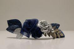 Tiara de flores con piezas metálicas en azul marino y plata