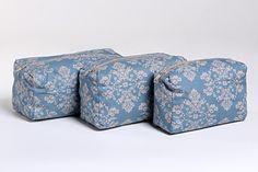 Necessaires em tecido, forro combinando com 3 unidades de diferentes tamanhos P, M e G.