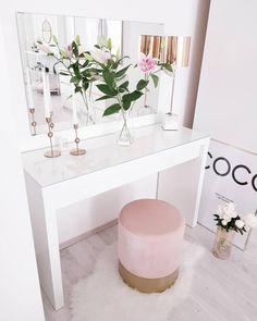 """Klein aber so oho! Dieser Hocker aus weichem Samt verwandelt jeden Raum sofort in eine Luxuslounge. Dabei sorgt nicht nur der Bezug in trendigen Juwelentönen für Eyecatcher-Garantie. Ein goldfarbener Fuß gibt dem Schmuckstück den Glamour-Feinschliff. Ob als Sitz-Pouf oder Beistelltisch – """"Harlow"""" ist eine rundum schillernde Erscheinung! // Pouf Schminktisch Samt Gold Beistelltisch Fell Leuchte Spiegel Vase Blumen Glam Elegant #Pouf #Schminktisch #Samt #Gold #Fell #Leuchte #Spiegel…"""