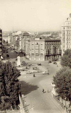 León, fotos antiguas, plaza de Guzman. Paris Skyline, Spain, Plaza, Travel, Outdoor, Lion Pictures, Old Photography, Urban Landscape, Antique Photos