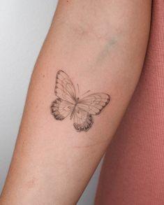 Butterfly tattoo that I like Pretty Tattoos, Unique Tattoos, Beautiful Tattoos, Finger Tattoos, Body Art Tattoos, Tatoos, Mini Tattoos, Small Tattoos, Iris Tattoo