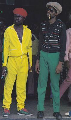 O de amarelo é uma das figuras que aparecem dançando durante o filme, na cena da loja de discos.