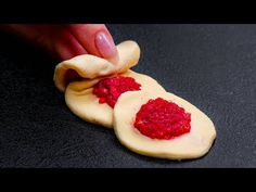 11 skvělých nápadů s listovým těstem| Chutný TV - YouTube Raspberry, Strawberry, Chocolates, Pastry And Bakery, Dessert, Piano, Meals, Fruit, Ideas Geniales