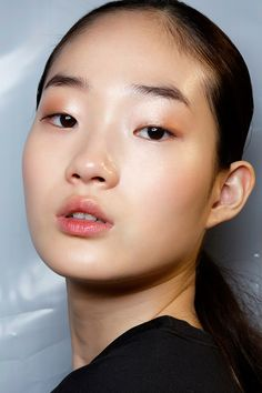 Consider these fresh beauty looks for summer at @stylecaster | dewy skin, metallic eye shadow