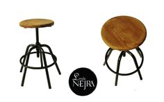 Taburete industrial de taller con asiento claro de madera.