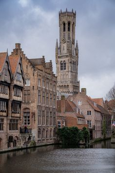 These are the best photo spots in Bruges. Here is where you can capture the best photos in Bruges, a beautiful tourist city in Belgium. Best Cities In Europe, Places In Europe, World Of Wanderlust, Europe On A Budget, Walking Routes, London Architecture, Things To Do In London, France Travel, Plan Your Trip