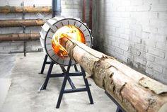 薪ストーブの概念が覆されちゃったよ! 斧で割った薪を燃やすのではなく、斧で割る前の木材の状態で、そのまま丸ごと燃やしてしまうストーブ「Spruce Stove」が、大胆過ぎて面白い。 オランダのデザイナーRoel de BoerさんとMichiel Martensさんのコラボ作品。内側が耐熱性のコンクリートレンガ、外側...