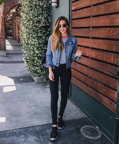 Camiseta cinza, jaqueta jeans, calça preta e tênis