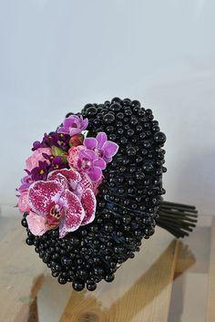 Букет невесты с розами и фиалками - Черная жемчужина