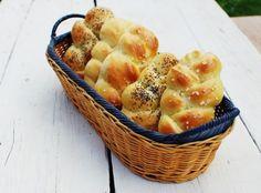 Domácí housky,  hladká mouka 500 g sušené droždí 1 a 1/2 lžičky mléko 300 ml rozpuštěné máslo 2 lžíce sůl 1 lžička žloutek 1 ks vejce na pomazání 1 ks mák, hroubozrnná sůl nebo semínka na posypání