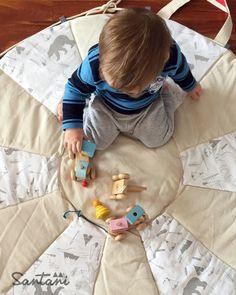 La playmat es una alfombra mullidita diseñada para q tu bebé juegue y se divierta y vos puedas llevar sus juguetes favoritos a donde vayas.