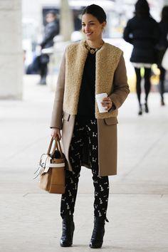 Los mejores looks de Street Style en la Semana de la Moda de Nueva York: abrigo camel con mezcla de tejidos