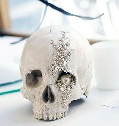 Awesome Glam Halloween Wedding Ideas Bling up that skull.Bling up that skull. Halloween Chique, Halloween Elegante, Scary Halloween, Halloween Themes, Halloween Skull, Chic Halloween Decor, Halloween Inspo, Skull Wedding, Diy Wedding