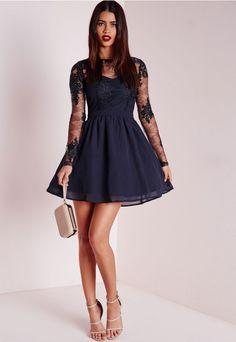 40a0ada2a33 C est la saison du look chic et choc. Cette robe bleu marine à