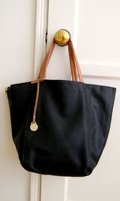 (http://www.shopconversationpieces.com/day-cation-tote-black-sold-out/)
